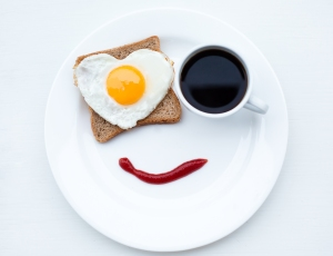 breakfast-funny-white-disk-egg-toast-ketchup-smile-face-cup-coffee